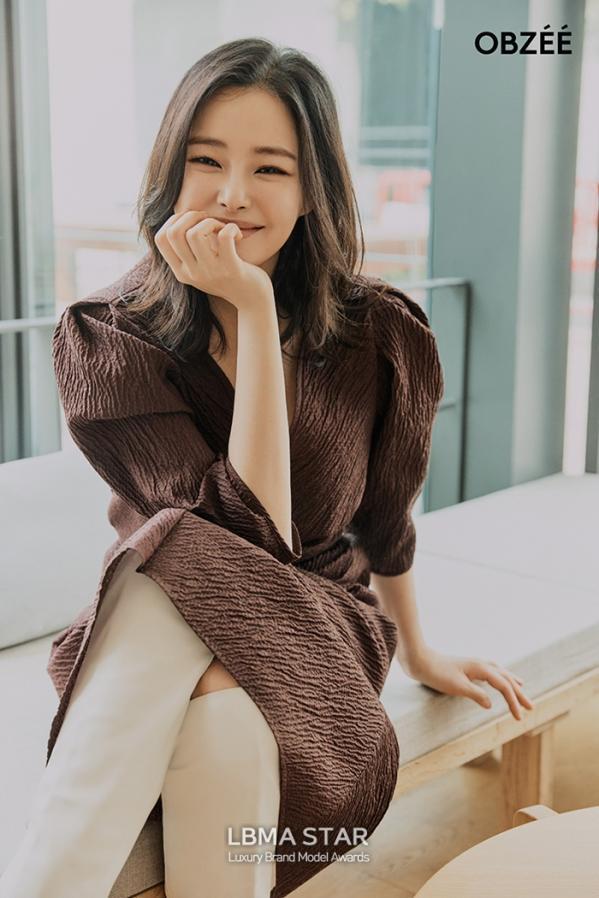 배우 이하늬, 시크하고 도회적인 모습을 담은 화보 공개