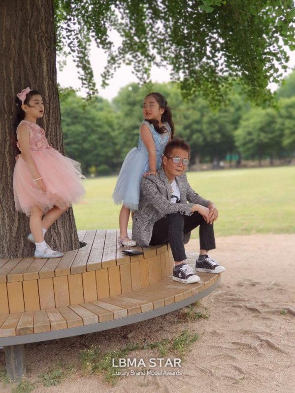 LBMA STAR 토니권 대표,아이들과 함께 촬영된 아름다운 포즈